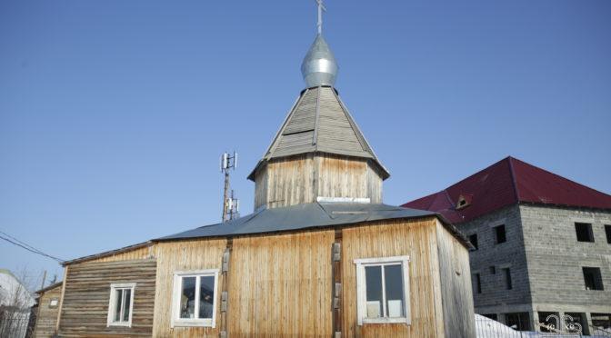 Архиепископ Роман, преподаватели и студенты Якутской духовной семинарии посетили общеобразовательные школы в селах Оленек и Харьялах.