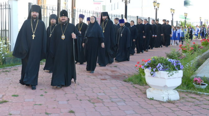 Учебный год в Якутской духовной семинарии и Свято-Иннокентьевской гимназии начался крестным ходом